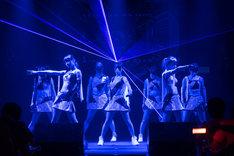 アップアップガールズ(仮)「ライブハウスツアー2015 ハイスパート RAVE FESTIVAL」の様子。(写真提供:アップフロントクリエイト)