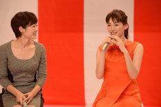 有働由美子アナウンサー(左)と綾瀬はるか。