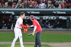 前田健太選手(左)と握手する奥田民生(右)。