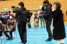 「YOSHIKI CHANNEL」のクルーと奥浜レイラ。