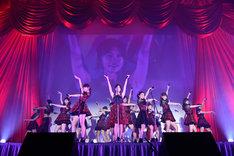 「フライングゲット」を歌う選抜メンバーたち。(c)AKS