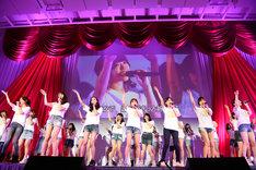 「桜の花びらたち」を歌う現役メンバーと卒業メンバーたち。(c)AKS