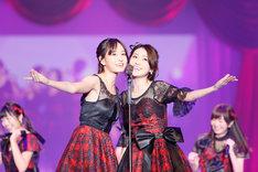 左より前田敦子、大島優子。(c)AKS