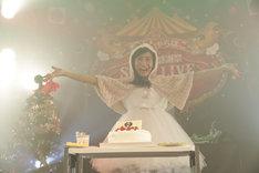 クリスマスケーキをデコレーションした坂本遥奈(チームしゃちほこ)。(Photo by HIROKAZU)