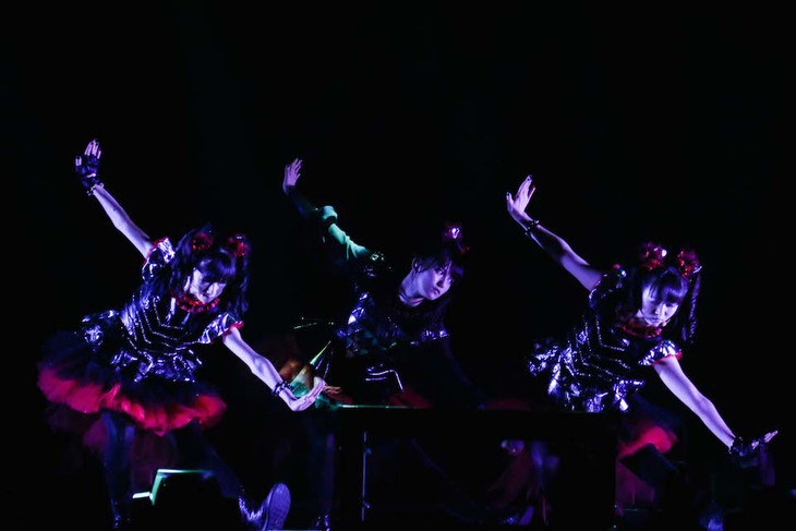 「BABYMETAL WORLD TOUR 2015 -THE FINAL CHAPTER OF TRILOGY-」の様子。(Photo by Taku Fujii)