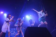 ジャンプするhina(右端)。