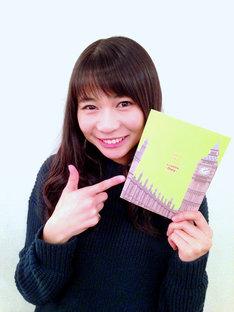 「TOKYO GIRLS STYLE 5th Anniversary LIVE -キラリ☆ into the new world」Blu-ray初回限定盤のフォトブックを持つ庄司芽生。