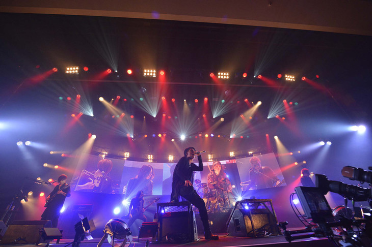lynch.「HALL TOUR'15『THE DECADE OF GREED』」東京・渋谷公会堂公演の様子。(写真提供:KING RECORDS)