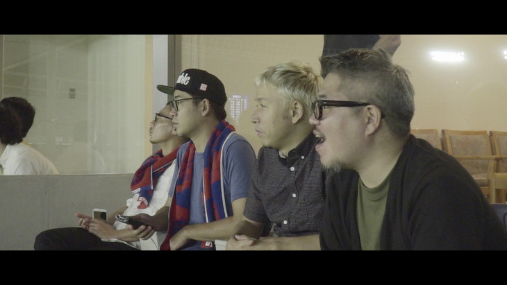 味の素スタジアムでFC東京の試合を観戦するRIP SLYME。(C)「BAILE TOKYO」製作委員会