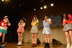 2015年末のライブツアー「乙女新党ワンマンライブツアー2015~ツチノコ探して東名阪▽~ supported by SPINNS」で各公演ごとに異なるコントを披露した劇団乙女新党。写真は大阪公演のコント「幸せのサンタクロース」の様子。