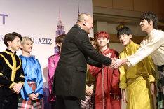 ナズリ観光文化大臣(中央)と握手する超特急。