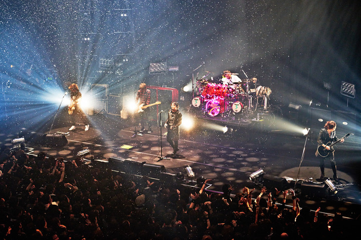 LUNA SEAのファンクラブ限定ライブ「SLAVE限定GIG 2015 The Holy Night –To The Next Dimension-」12月23日公演の様子。