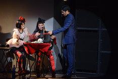 スタッフとしてCDを届けに来た東京スカパラダイスオーケストラ・谷中敦(右)。