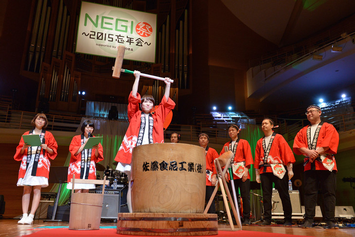 """「Negicco Second Tour """"The Music Band of Negicco"""" supported byサトウ食品」オープニングの様子。"""