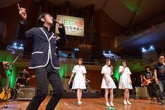 会場の全員に濃厚なソウルパワーを注入する田島貴男(左端)。