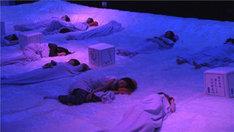 スタジオで寝る観覧者。(写真提供:NHK)