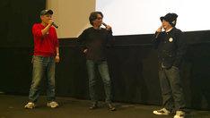 MCのゴリラ(左)を交え電気グルーヴについて語る天久聖一(中央)と渋谷直角(右)。(c)2015 DENKI GROOVE THE MOVIE? PROJECT