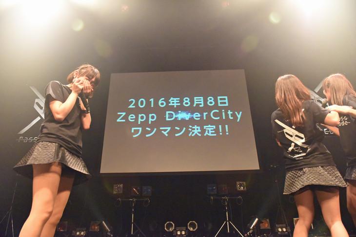 Zepp DiverCity TOKYOでの単独公演がサプライズ発表され涙するPassCode。