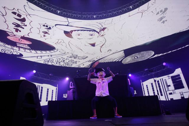 とんかつDJアゲ太郎と藤原大輔(MU-STARS)(写真提供:rockin'on japan)