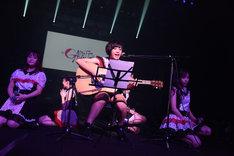 ギターの弾き語りで「secret base~君がくれたもの~」を歌う藤田あかり。