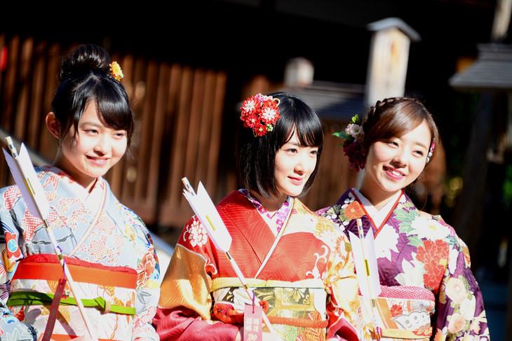 本年度成人を迎えた乃木坂46の伊藤万理華(左)、生駒里奈(中央)、川村真洋(右)。