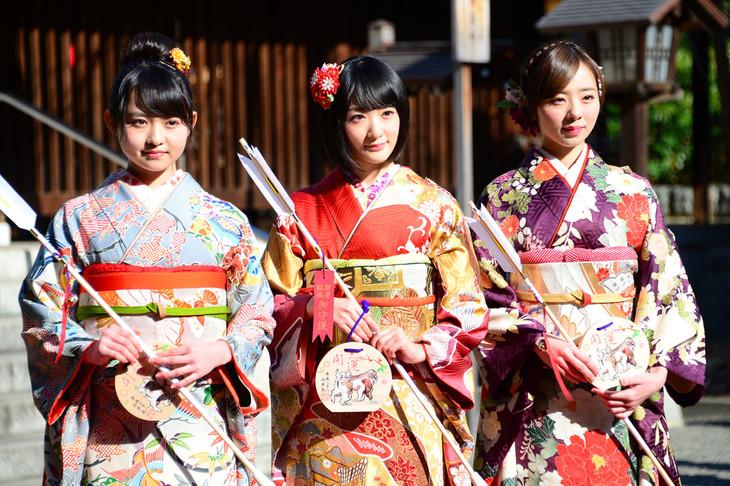本年度成人を迎えた伊藤万理華(左)、生駒里奈(中央)、川村真洋(右)。