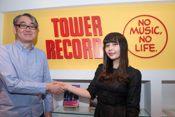 握手を交わすタワーレコード社長・嶺脇育夫氏(左)とsparkjoy recordsレーベルヘッド・南波志帆(右)。