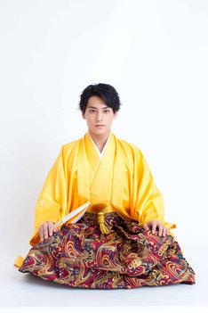 黄色の羽織袴姿のユースケ。