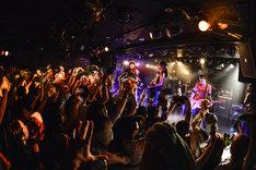 TOTALFATと東出真緒(BIGMAMA)によるコラボパフォーマンスの様子。(Photo by AZUSA TAKADA)