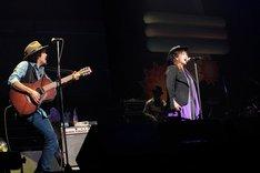「Glory」を披露する渡辺美里とCaravan。 (写真提供:EPICレコードジャパン)
