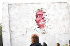 「進撃の巨人 ザ・リアル2」実物大の壁の巨人。