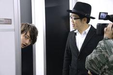 左からTo-i、鈴木拓。