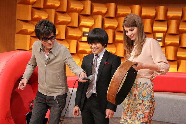 左からスガシカオ、バカリズム、マギー。 (c)日本テレビ