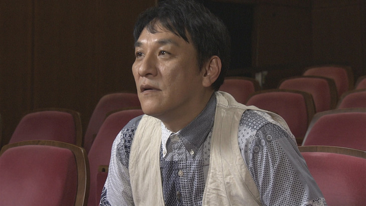 VTRを観るピエール瀧。(写真提供:NHK)
