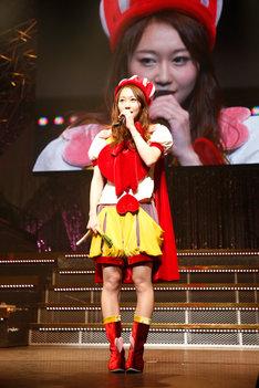 「AKB48 単独リクエストアワー セットリストベスト100 2016」で、自らの卒業を発表する小林香菜。(c)AKS