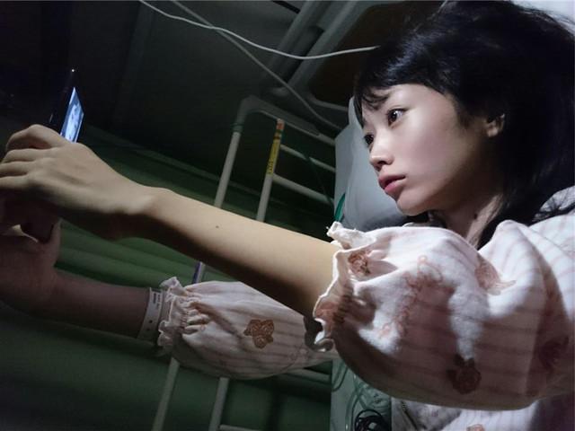 病床でファンに向けて動画メッセージを撮影する丸山夏鈴。(c)日本テレビ