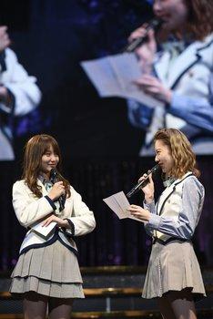 永尾まりやへの手紙を読み上げる島崎遥香。(c)AKS