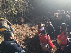 「ワンマンQ反省オフ会」でアルバムジャケット写真撮影地をめぐるメンバーとファン。(写真提供:AqbiRec)