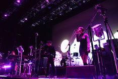 水原佑果をゲストボーカルに迎えて「Luv Pandemic」を演奏するMETAFIVE。(Photo by SATOMI YAMAUCHI)