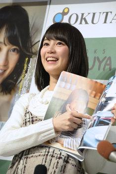 父親が写っているページを指差す生田絵梨花。