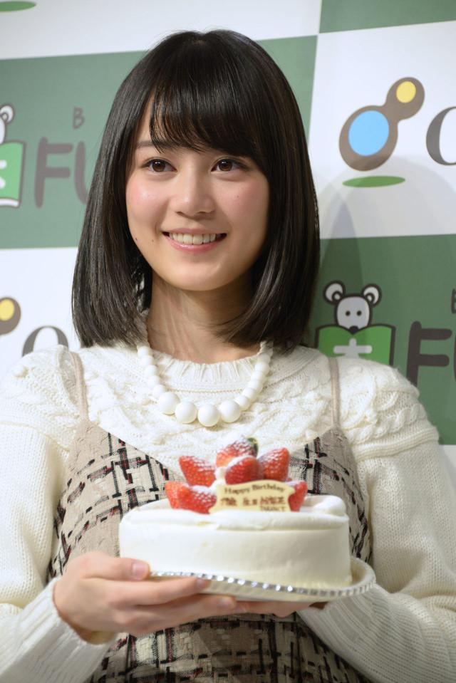 ケーキを持っている生田絵梨花