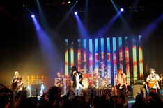 「MAVERICK DC presents DOUBLE HEADLINE TOUR 2016『M.A.D』」埼玉・三郷市文化会館公演の様子。(撮影:今元秀明)