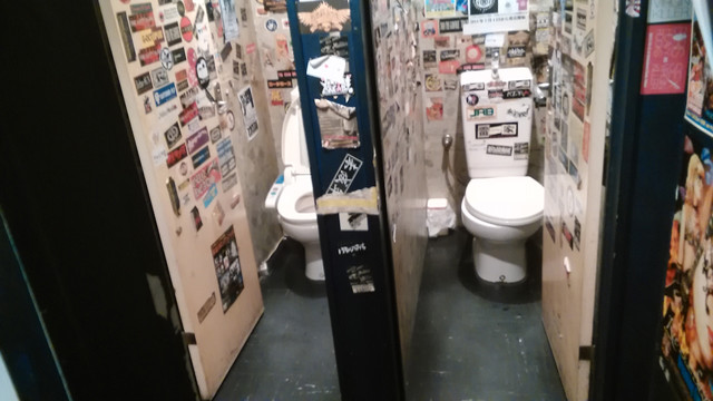 東京・四谷OUTBREAK!改修前のトイレ。