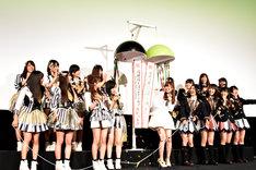 映画「尾崎支配人が泣いた夜DOCUMENTARY of HKT48」舞台挨拶の様子。