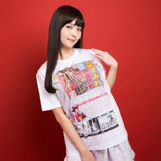 「読めるTシャツ」を着用する上坂すみれ。