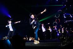 リスナーとダンスする山下健二郎(三代目 J Soul Brothers from EXILE TRIBE)。