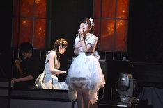 松井咲子のピアノ伴奏で「履物と傘の物語」を歌う岩佐美咲。