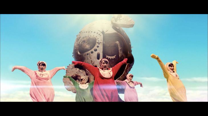 ももいろクローバーZ「WE ARE BORN」ミュージックビデオのワンシーン。