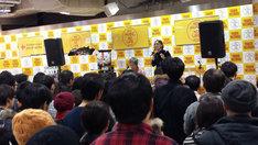 1月31日にタワーレコード新宿店で行われたアルバム「11」発売記念インストアライブの様子。 (写真提供:ビクターエンタテインメント)