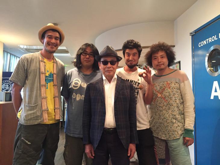 主題曲「ラーガ・バガヴァット」参加メンバー。左より、Maya Moeran(Harmonium)、ヨシダダイキチ(Sitar)、タモリ(Vo)、Juicy(HIFANA / Per)、U-zhaan(Tabla)。